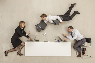 Business people working while another businessman providingの写真素材 [FYI04335209]
