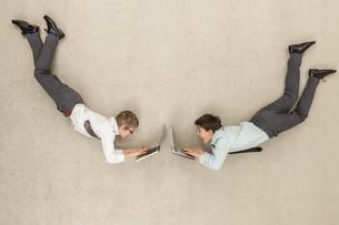 Business boys using laptopの写真素材 [FYI04335242]