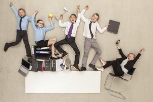 Business kids in officeの写真素材 [FYI04335247]