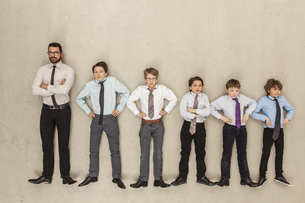 Businessman and boys standing in rowの写真素材 [FYI04335248]