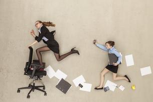 Business kids running in officeの写真素材 [FYI04335249]