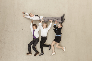 Germany, Berlin, Business kids carrying boy in officeの写真素材 [FYI04335251]