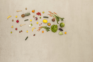 ariety of vegetables and fruits on beige backgroundの写真素材 [FYI04335252]