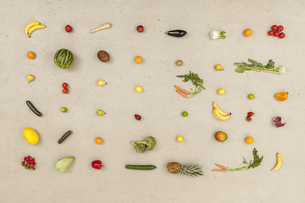 Variety of vegetables and fruits on beige backgroundの写真素材 [FYI04335255]