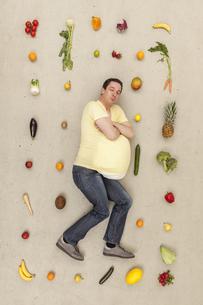 Man dreaming of foodの写真素材 [FYI04335257]