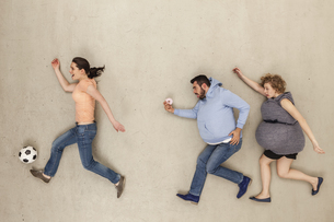 Women and man running against beige backgroundの写真素材 [FYI04335259]