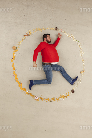 Germany, Berlin, Man surrounded with foodの写真素材 [FYI04335260]