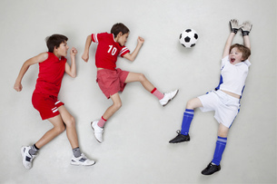 Boys playing footballの写真素材 [FYI04335267]