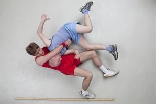 Two men wrestlingの写真素材 [FYI04335268]