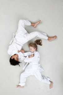 Boy and girl practicing judoの写真素材 [FYI04335269]