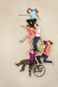 Children having fun with handicapped friendの写真素材 [FYI04335270]