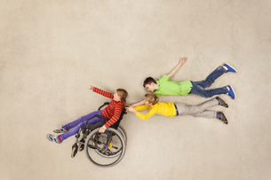 Children having fun with handicapped friendの写真素材 [FYI04335271]