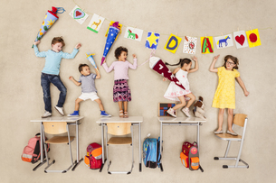 Kids on their first day at schoolの写真素材 [FYI04335276]