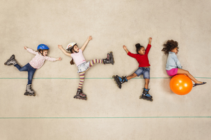 Inline skating children having funの写真素材 [FYI04335283]