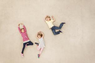 Children jumping and dancingの写真素材 [FYI04335285]