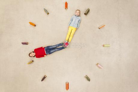 Girls forming clock needlesの写真素材 [FYI04335295]