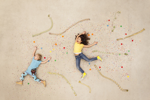 Girls jumping between streamers and confettiの写真素材 [FYI04335298]