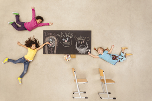School kids drawing on blackboardの写真素材 [FYI04335299]