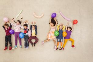 Children having birthday partyの写真素材 [FYI04335301]