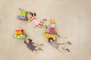 Children with heaps of birthday presentsの写真素材 [FYI04335304]