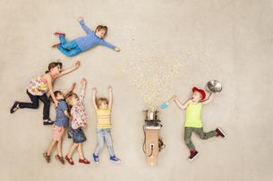 Children preparing popcornの写真素材 [FYI04335307]