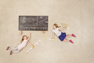 School kids calculating on blackboardの写真素材 [FYI04335311]