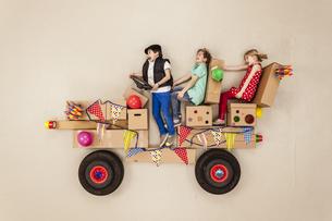 Kids driving to party, having funの写真素材 [FYI04335312]
