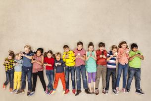 Children using mobile phonesの写真素材 [FYI04335315]