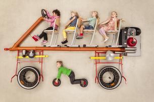 Children driving busの写真素材 [FYI04335316]