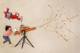 Girls firing confetti cannonの写真素材 [FYI04335317]