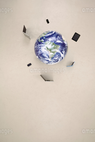 Globe with mobile devicesの写真素材 [FYI04335336]
