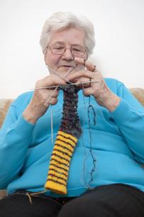 Germany, Berlin, Senior woman knitting socks, close upの写真素材 [FYI04335375]