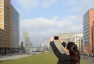 Germany, Berlin, businesswoman taking smartphone pictureの写真素材 [FYI04335395]