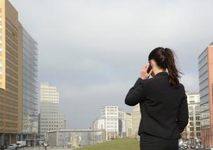 Germany, Berlin, businesswoman on smartphoneの写真素材 [FYI04335396]