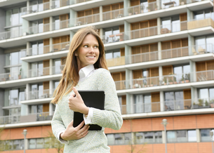 Germany, Berlin, Young businesswoman with digital tablet, poの写真素材 [FYI04335400]
