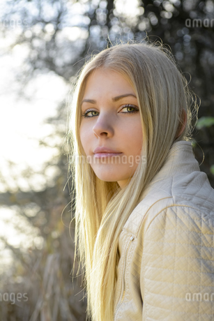 Portrait of blond young woman in natureの写真素材 [FYI04335415]