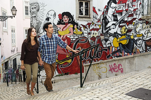 Portugal, Lisboa, Mouraria, young couple in front of mural pの写真素材 [FYI04335422]