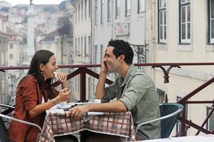 Portugal, Lisboa, Carmo, Largo du Duque, young couple sittinの写真素材 [FYI04335426]