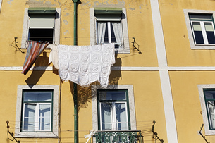 Portugal, Lisbon, Mouraria, part of yellow house frontの写真素材 [FYI04335430]