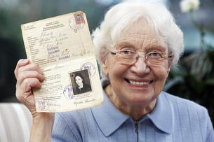 Senior women showing her old temporary passportの写真素材 [FYI04335438]