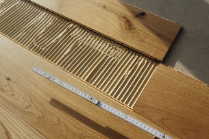 Laying finished parquet flooring, close-upの写真素材 [FYI04335443]