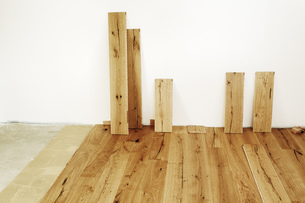Laying finished oak parquet flooring, close-upの写真素材 [FYI04335444]