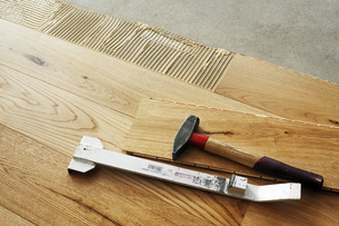 Laying finished oak parquet flooring, close-upの写真素材 [FYI04335445]