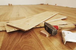 Laying finished parquet flooring, close-upの写真素材 [FYI04335446]