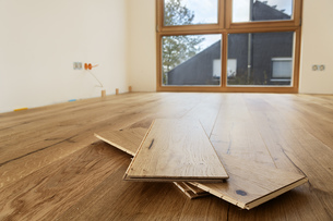 Room with finished oak parquet flooringの写真素材 [FYI04335448]