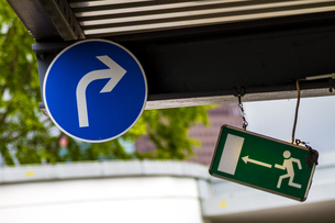 Germany, Berlin, two direction signs at Potsdam Squareの写真素材 [FYI04335454]