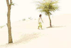 Man walking alone in the desertの写真素材 [FYI04335460]