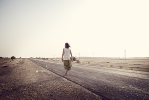 Man travelling alone on country roadの写真素材 [FYI04335462]