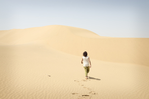 Man walking alone in the desertの写真素材 [FYI04335465]