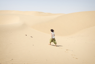 Man walking alone in the desertの写真素材 [FYI04335466]